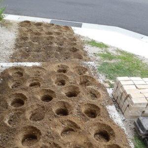 ナチュラルカントリー(南欧風)玄関アプローチを手作り、まず穴を掘って下地作り